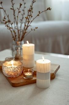 Accueil nature morte avec des bougies allumées comme détails de décoration intérieure.