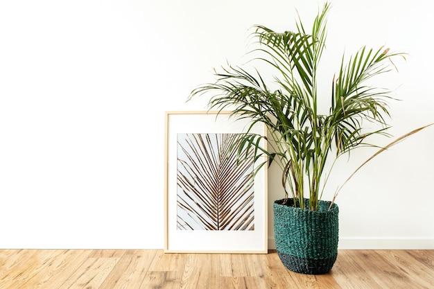 Accueil plante palmier tropical en pot de rotin devant le cadre photo
