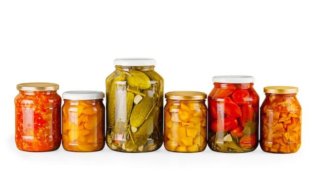 Accueil pots de mise en conserve de légumes de récolte d'été sur fond blanc
