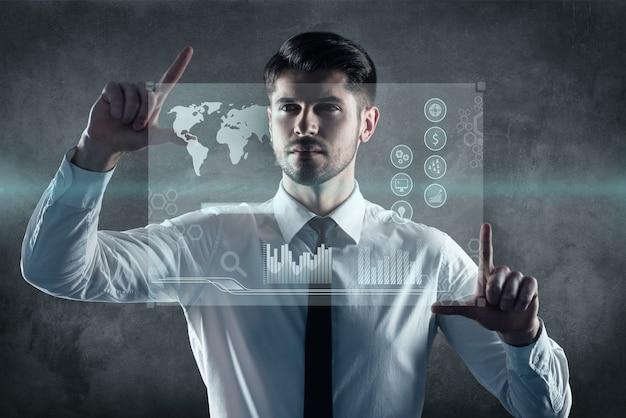 Accueillir les nouvelles technologies. image générée numériquement de l'homme travaillant sur un panneau transparent d'essuyage