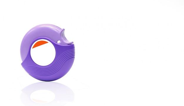 Accuhaler de l'asthme pour le traitement de l'asthme, contrôler les symptômes de l'asthme. bronchodilatateur et stéroïdes pour l'asthme sévère. dispositif médical. inhalateur de stéroïdes isolé sur fond blanc avec étiquette vierge.
