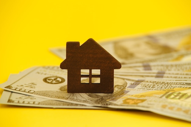 Achat de concept de maison. hypothèque légale. tuyau avec de l'argent sur la table jaune.