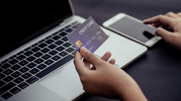 Achat en ligne, paiement en magasin, carte de crédit, concept