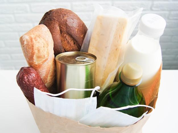 Achat en ligne de produits et de masques pendant le covid-19. restez à la maison. livraison de nourriture gratuite.