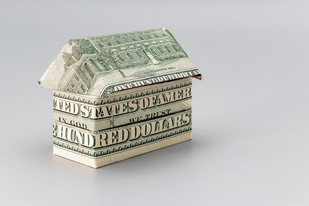 Achat et vente de logements. hypothèque pour l'achat d'une maison. propriété locative. maison pliée à partir de billets en dollars. origami. fermer. espace de copie. logement aux usa.