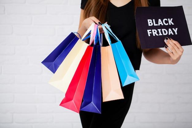 Achats. closeup, femme, tenue, papier couleur, sac à provisions, sur, mur blanc, fond