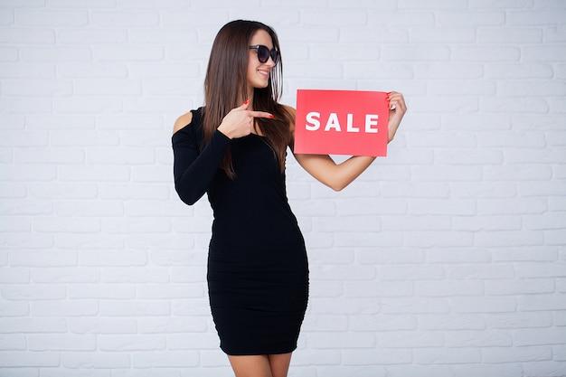 Achats. femmes détenant des blancs d'escompte dans les ventes du vendredi noir