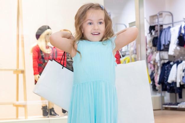 Achats. une fille avec des sacs dans les mains.