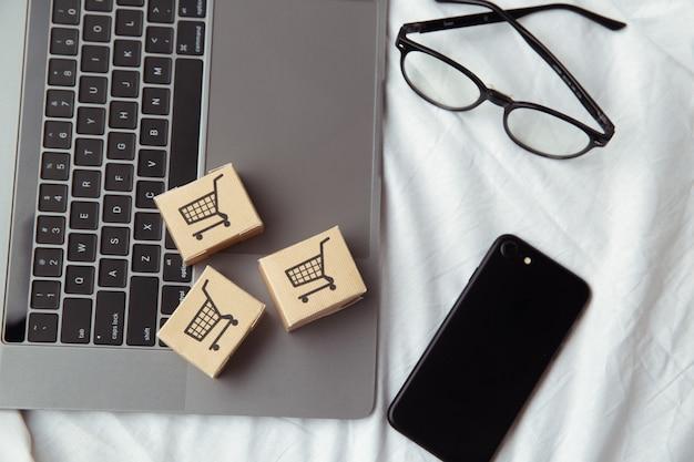 Achats en ligne ou concept de service de commerce électronique et de livraison