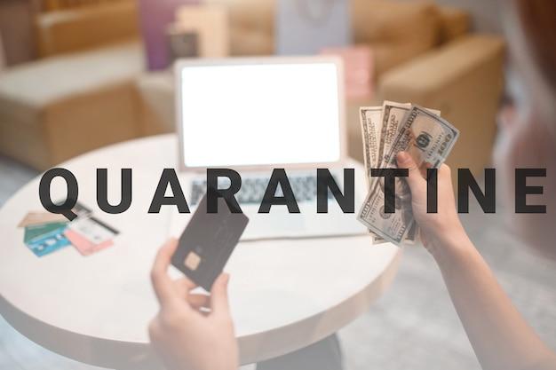 Achats en ligne à la maison. gros plan sur le choix d'un mode de paiement entre carte de crédit ou de débit et espèces sur fond d'ordinateur portable