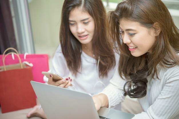 Achats en ligne avec mobile et ordinateur portable à la maison.