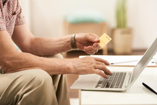 Achats en ligne senior man de la maison