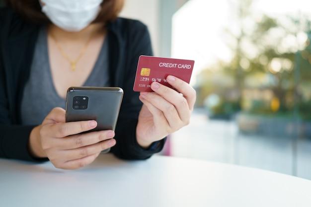 Achats en ligne avec service de livraison de smartphone et de sacs