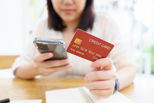 Achats en ligne avec service de livraison de smartphones et de sacs à provisions