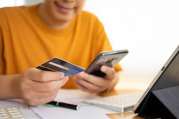 Achats en ligne avec smartphone et carte de crédit