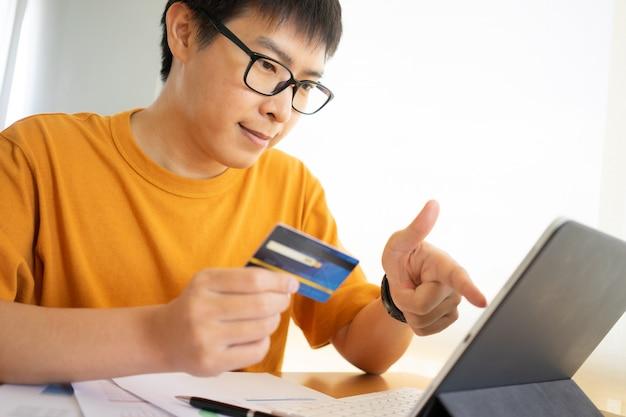 Achats en ligne avec tablette numérique et carte de crédit