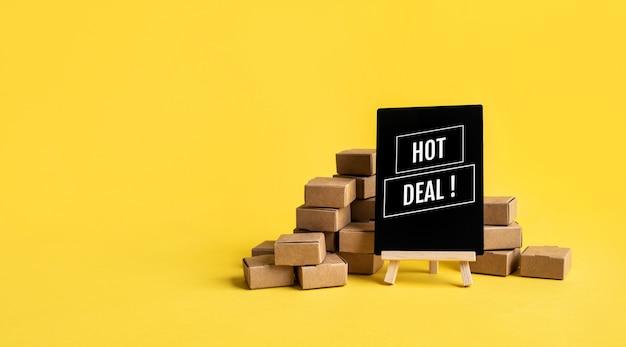 Achats en ligne avec texte de bonne affaire avec boîte de produit sur jaune