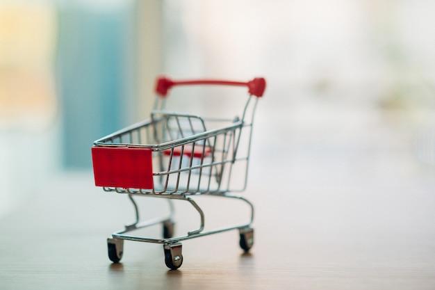 Les achats en ligne à travers un panier d'achat. - image