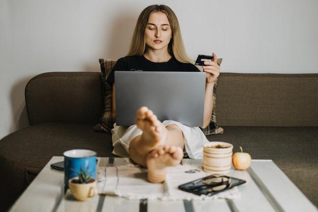 Achats en ligne vendredi noir vente offres de vacances commerce électronique banque internet concept d'argent de poche