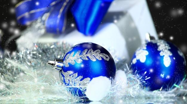 Achats de noël avec des décorations festives dans le fond de la nuit