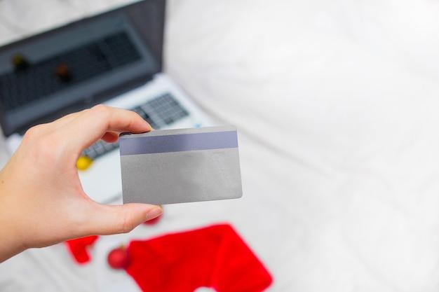 Achats de noël en ligne avec une carte de crédit et un ordinateur portable pour les vacances de noël.