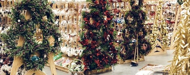 Achats de noël pendant une pandémie. magasins de vente de décorations de vacances, de jouets à bulles et de guirlandes. ambiance festive du marché de noël