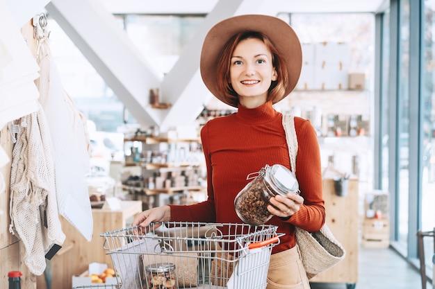Achats sans emballage en plastique dans un magasin sans plastique
