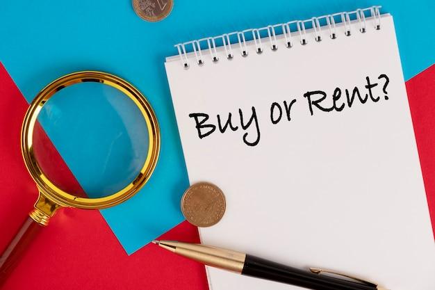 Acheter ou louer le texte est écrit dans un bloc-notes blanc, fond rouge.