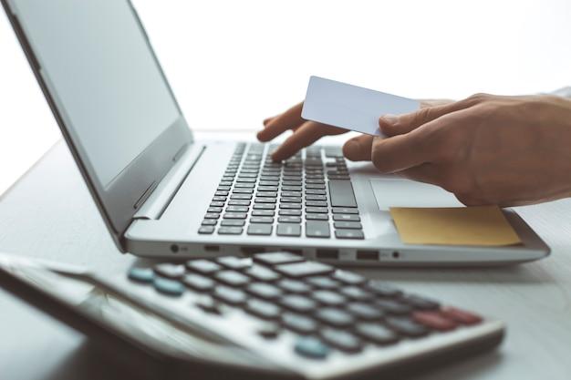 Acheter des marchandises en ligne par carte de crédit