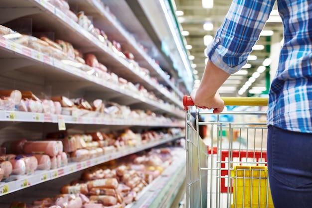 Acheteur de chariot dans un supermarché
