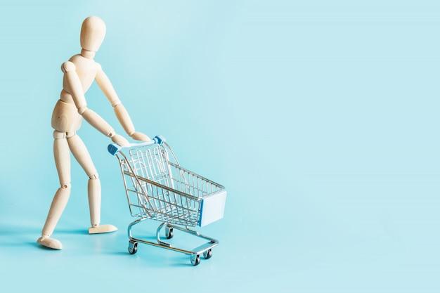 Acheteur en poupées avec chariot à provisions bleu avec un espace pour le texte.