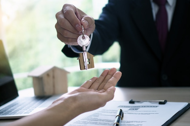 Les acheteurs à la maison prennent les clés à la maison des vendeurs