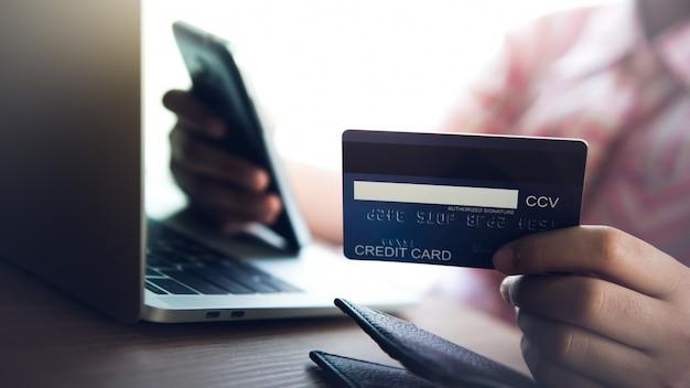 Achetez en ligne utilisez des cartes de crédit, des paiements - des images