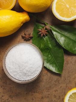 Acide citrique et citrons.