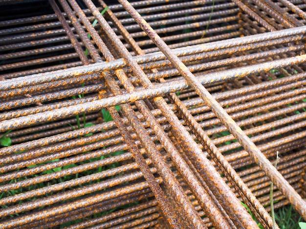 L'acier d'armature pour la construction ajoute de la résistance renforcée au ciment pour la structure du bâtiment.
