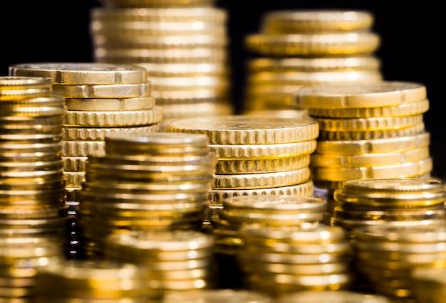 Acier avec un mélange d'autres métaux, pièces traitées pour leur donner une teinte dorée, les pièces sont réelles et utilisées comme moyen de paiement, les pièces sont anciennes et présentent des défauts, gros plan