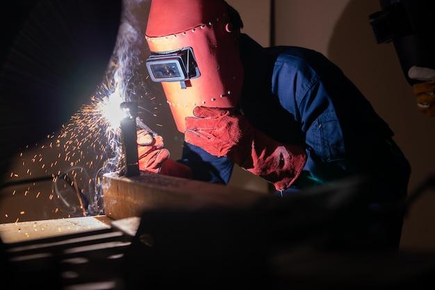 L'acier de soudage des métaux utilise une machine de soudage à l'arc
