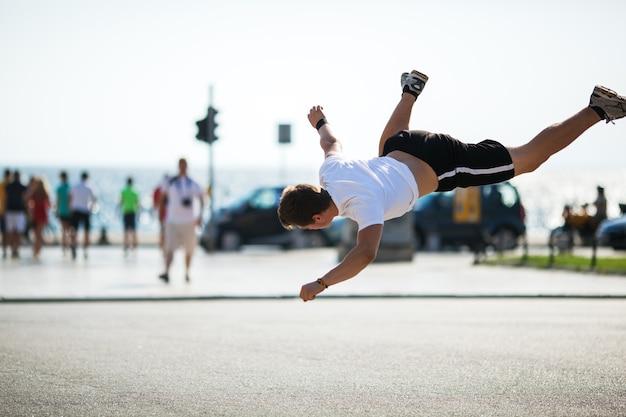 Acrobaties urbaines avec saut périlleux