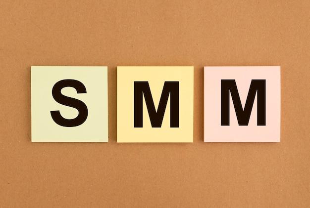 Acronyme smm sur les notes autocollantes marketing des médias sociaux