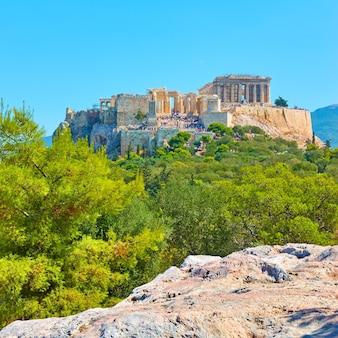 L'acropole à athènes de la colline des nymphes le jour ensoleillé d'été, grèce - paysage grec