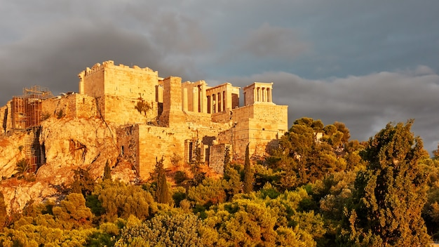 L'acropole dans la ville d'athènes au coucher du soleil, grèce - paysage grec