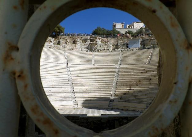 L'acropole vue de l'entrée de l'odéon d'hérode atticus, athènes, grèce