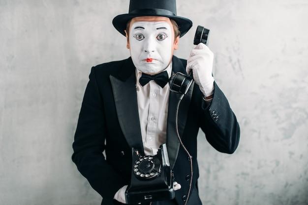 Acteur de pantomime avec téléphone rétro