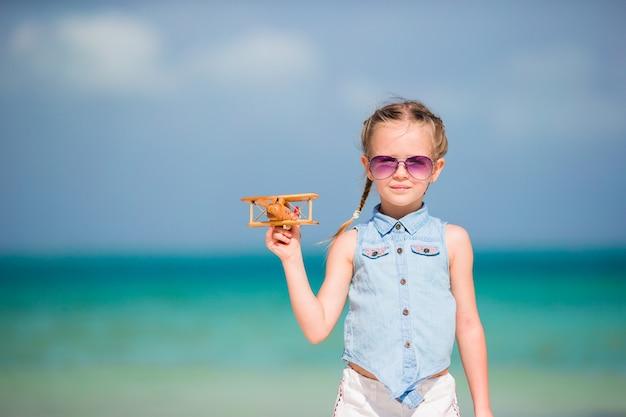 Actif petite fille sur la plage blanche s'amuser. closeup kid fond la mer