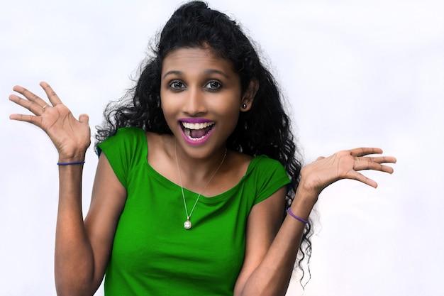 Action et impression de surprise de fille sud-asiatique