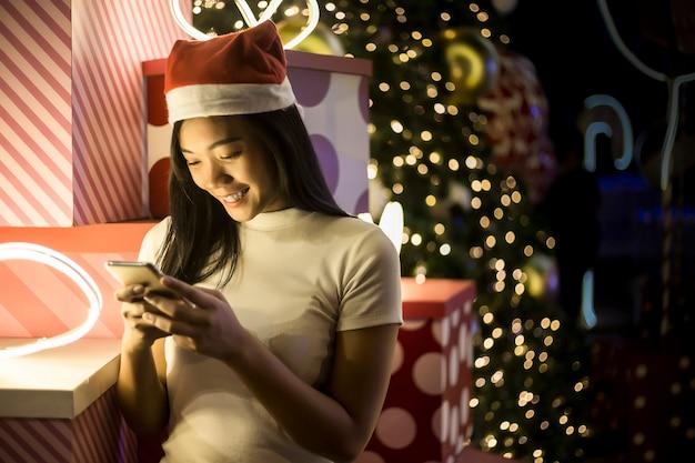 Action de voeux mignonne dame asiatique avec une robe rouge cheongsam