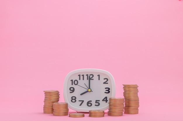 Les actions de croissance financière de concept de pièce empilées investissent le revenu d'impôts