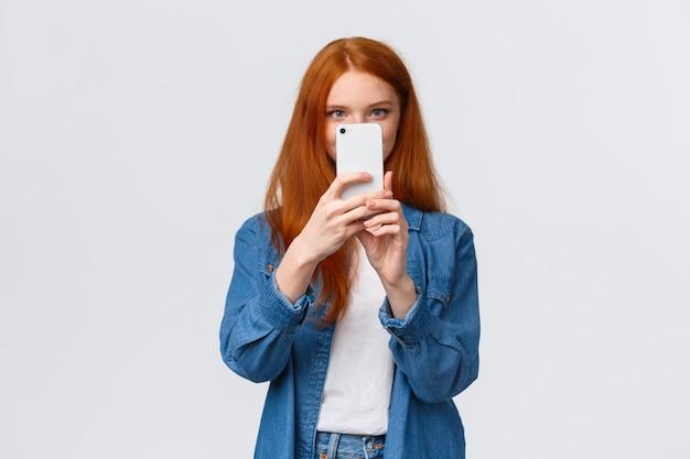 Activer le filtre photo. blogueuse de mode de vie rousse femelle joyeuse et mignonne