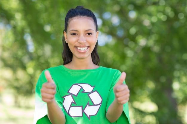 Activiste environnemental heureux dans le parc par une journée ensoleillée