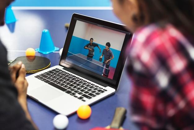 Activité amis jouant au tabletennis concept